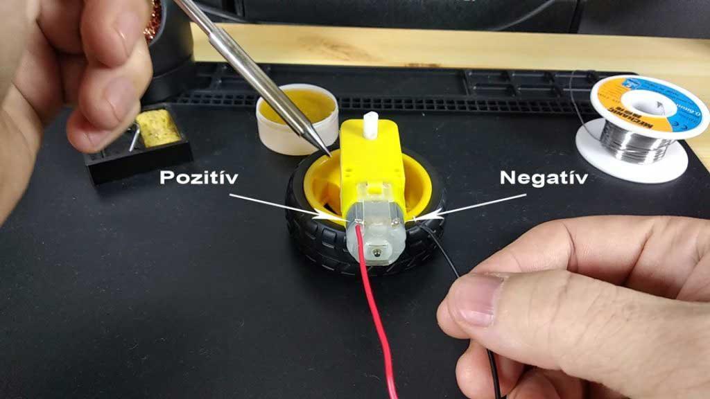 Arduino akadály elkerülő robot autó motor kábel forrasztás