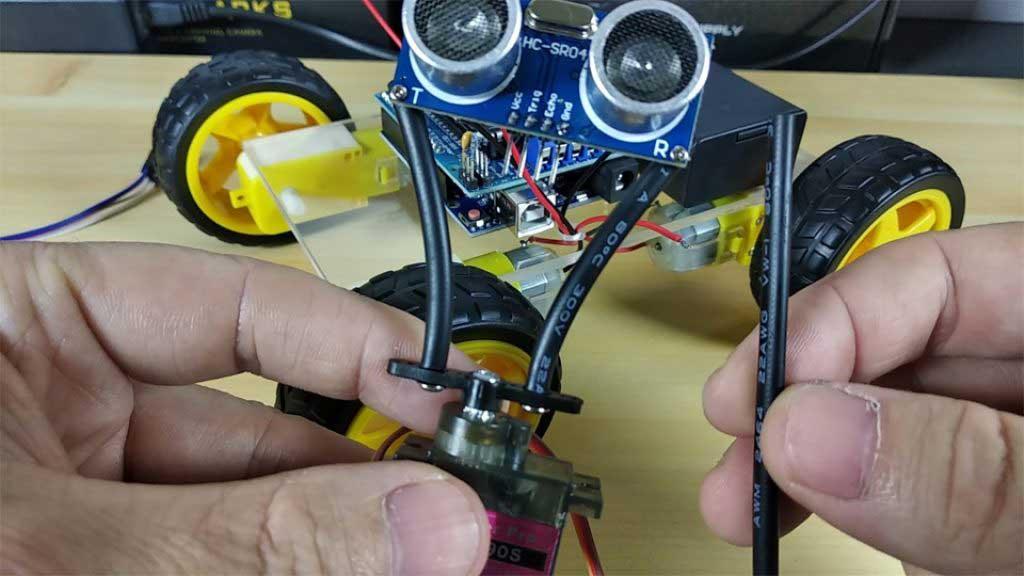 Arduino akadály elkerülő robot autó szervó motor és ultrasonic szenzor